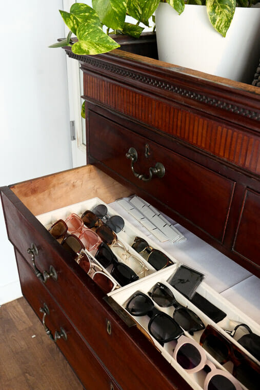 How to organize your accessories in drawers using trays.